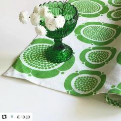 #Repost @aiilo.jp • • • • • • . 心やすらぐ 癒しのグリーン🌿 . . 花のある暮らし  お気に入りのお花を飾りグリーンのコーディネート。kuovi のお花のテキスタイルが可愛らしいく 初夏の北欧インテリアが楽しめます。緑色は疲れた心と身体を癒す効果があるようです。 . .  お部屋にグリーンを取り入れて 少しでもリラックスできますように。 . . 画像のお品はナフキンですが、お弁当を包んだりもできます💚  #Kuovi #ビルガーカイピアイネン #ナフキン #北欧雑貨 #北欧雑貨と暮らす #フィンランド雑貨 #カステヘルミスタンドボウル #白い小さな花 #癒しのお花 #モリンバ 花言葉/優しい思い出 #Aiilo #birgerkaipiainen #design #textile #sunnuntaiaamu #green #60s #retro #customerphoto
